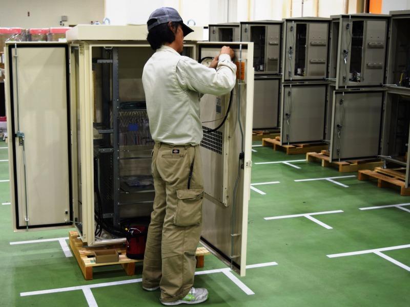 6面パネル構造盤への電気配線作業