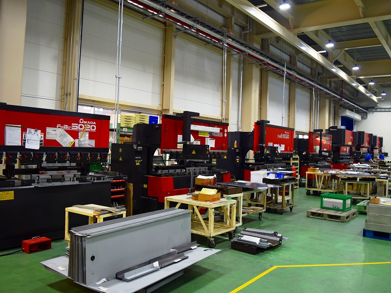 月に2,000面の盤筐体を製作できる板金加工工場