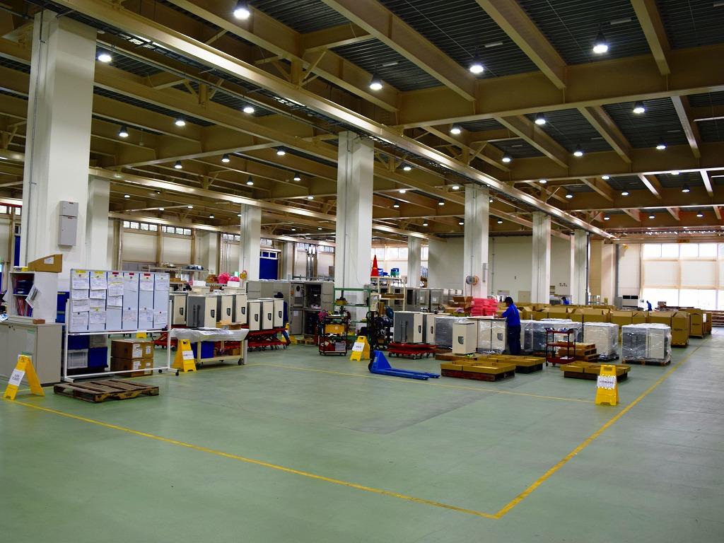 整理整頓された盤の組立工場