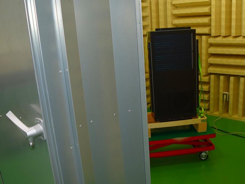 無音響室で冷却装置のdBの測定