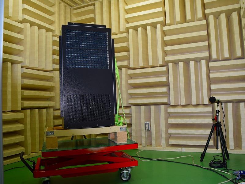 無音響室内の測定マイクと冷却機