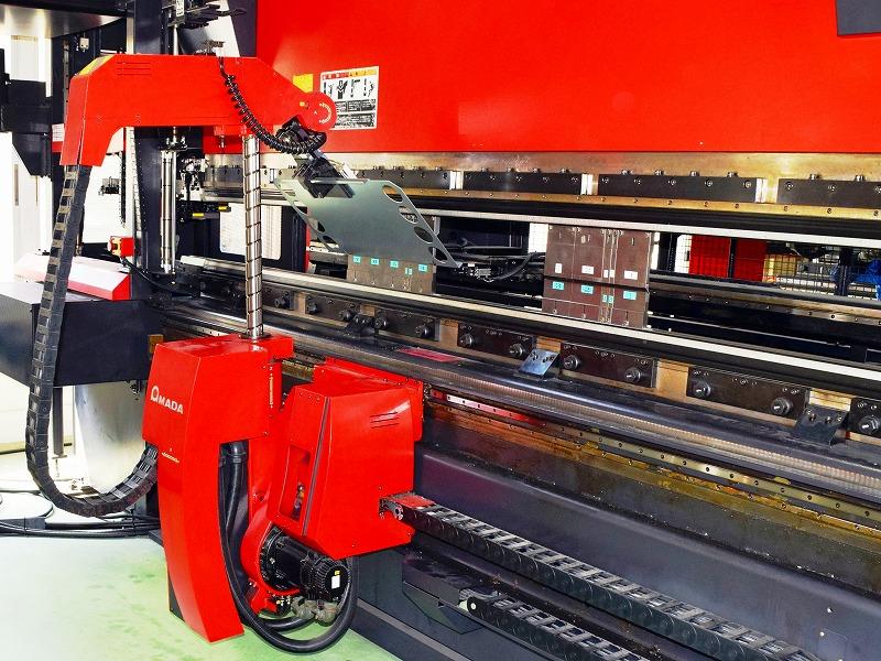 鋼板を搬送しているロボットベンダーマシン
