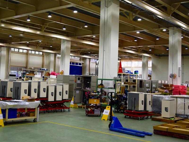月に2,000面の盤の組付け配線作業ができる組立工場
