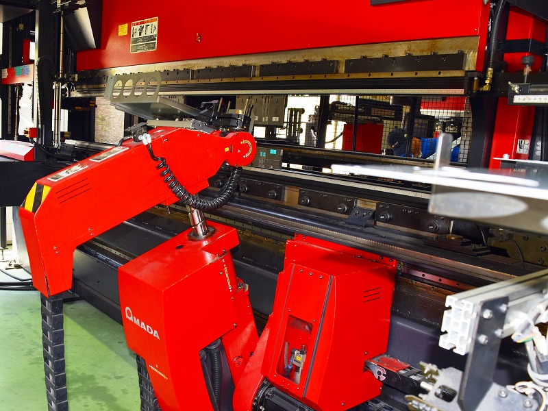 金型へ鋼板をセットするロボットベンダーマシン