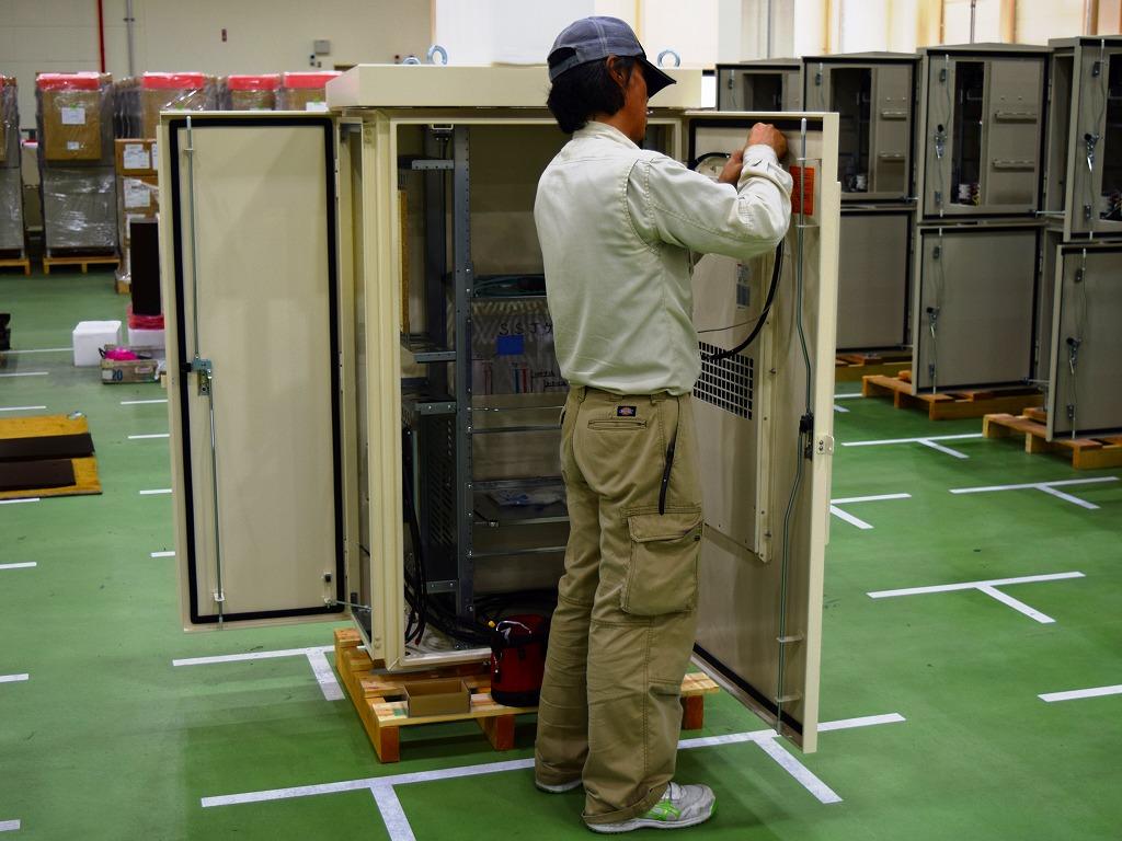 十分な作業スペースで行う電気配線作業