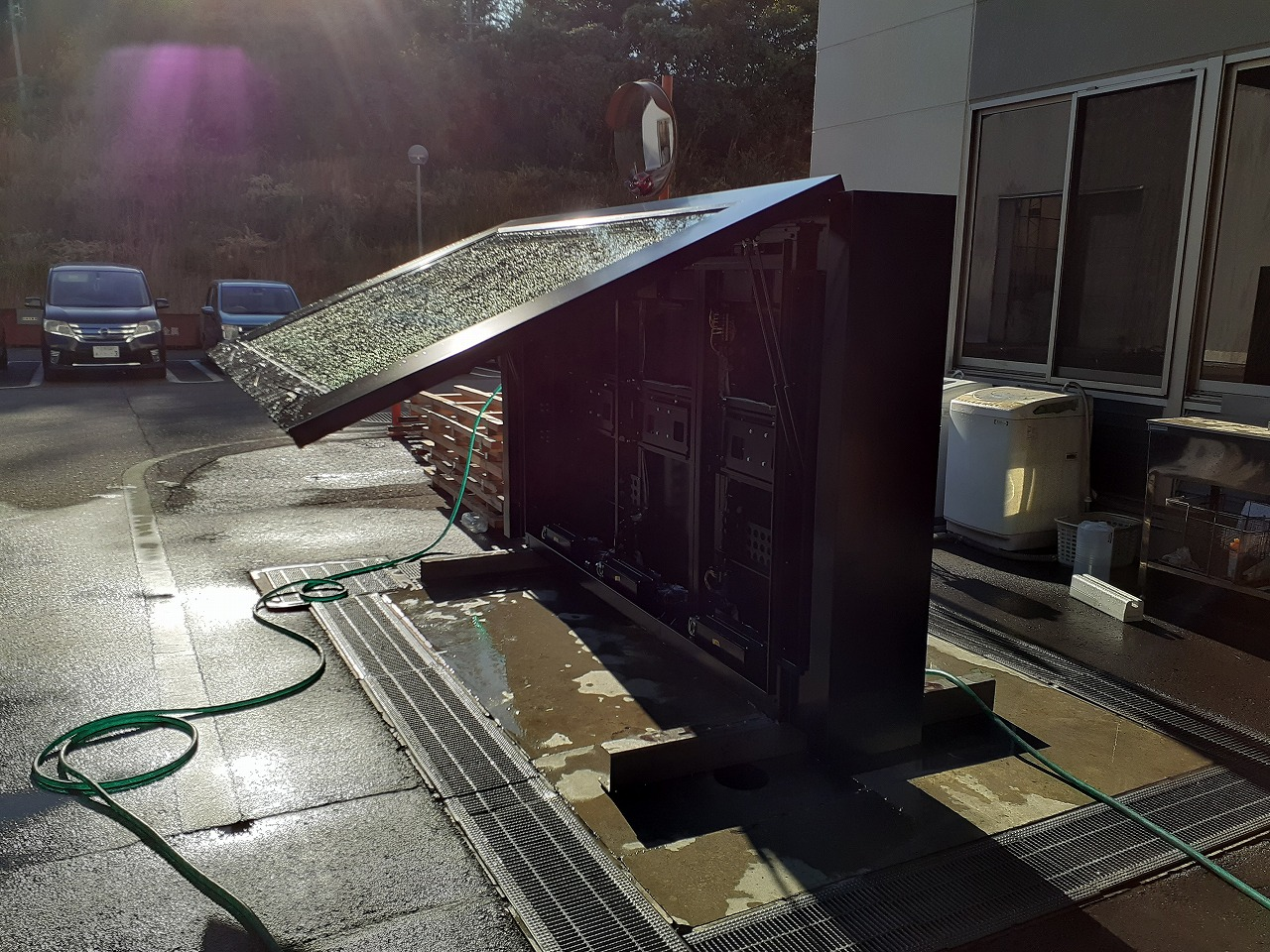 前面パネルが上開きで雨がかからない構造